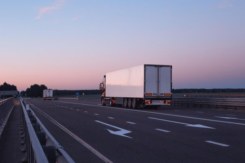 Transporteur seul sur la route pendant Covid